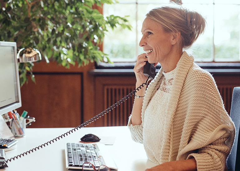 Frau telefoniert Telefonhörer