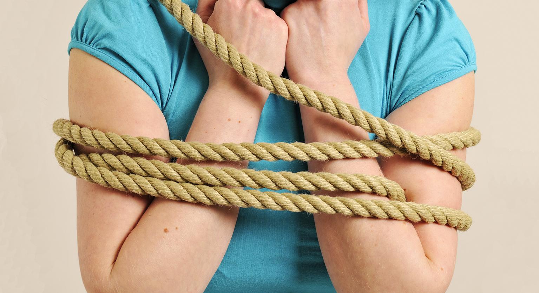 Frau von Seilen gefesselt