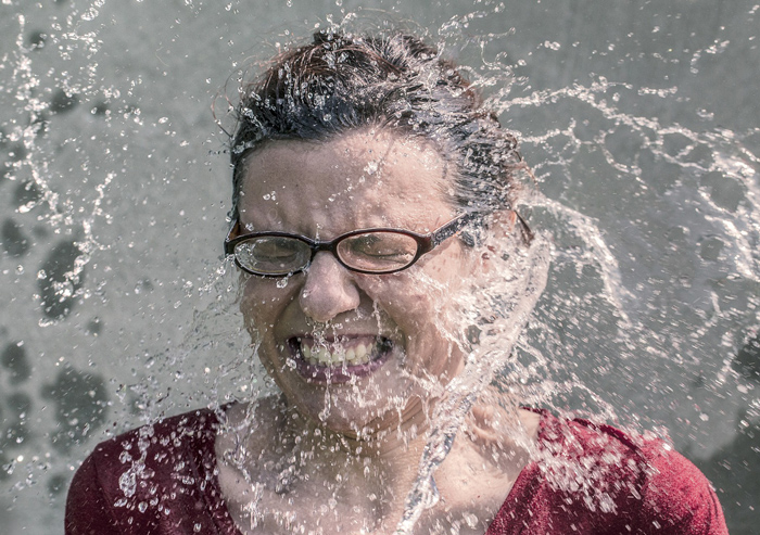 Frau Wasser im Gesicht